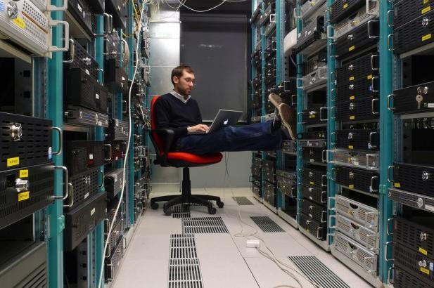 datacentre worker by Leonardo Rizzi